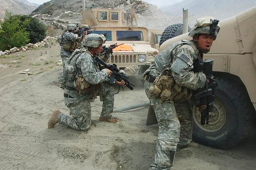 US-Militär Soldaten hinter Einsatzfahrzeugen in Afghanistan © flickr /U.S. Army